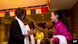 美国第一夫人米歇尔•奥巴马带着两个女儿和母亲来到成都一家西藏餐馆用午餐,受到藏族学生的欢迎。(2014年3月26日)