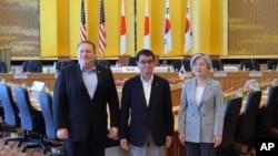 De izquierda a derecha, el Secretario de Estado de EE.UU. Mike Pompeo, el Ministro de Asuntos Exteriores de Japón, Taro Kono, y la Ministra de Relaciones Exteriores de Corea del Sur Kang Kyung-wha posan para una foto en la casa de huéspedes Iikura en Tokio, Japón, 8 de julio de 2018.