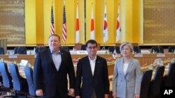 مائیک پومپیو نے شمالی کوریا کے دورے کے بعد اتوار کو ٹوکیو میں جاپانی اور جنوبی کوریائی وزرائے خارجہ سے ملاقات کی۔