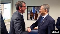 美国国防部副部长艾希顿•卡特与台湾国防部副部长杨念祖握手(图片由美国国防部提供)