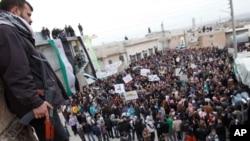 叙利亚反政府示威者周一在伊德利卜举行抗议