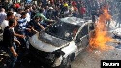 民防队员在贝鲁特南郊爆炸现场灭火。(2014年2月19日)