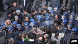 Người biểu tình đòi thay đổi chính trị tại Algeria đụng đố với cảnh sát, ngày 22 tháng 1, 2011