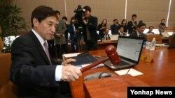 이주열 한국은행 총재가 12일 서울 한국은행에서 열린 금융통화위원회 회의에서 의사봉을 두드리고 있다.