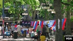 En las plazas céntricas de Montevideo, comerciantes ambulantes venden las banderas de los distintos partidos.