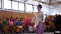 Mary Jane Fiesta Veloso, terpidana mati kasus narkoba di lapas kelas IIA Wirogunan Yogyakarta menjadi Juara II Lomba Peragaan Busana memperingati Hari Kartini di Lapas Kelas IIA Wirogunan Yogyakarta, Sabtu (23/4). (VOA/Munarsih Sahana)