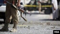 一名也門士兵2013年9月9號守衛在薩那巴士受到炸彈襲擊的現場。
