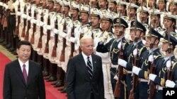 ຮອງປະທທານປະເທດຈີນທ່ານ Xi Jinping (ຊ້າຍ) ກວດແຖວທະຫານກອງກຽດຕິຍົດຮ່ວມກັບຮອງປະທານາ ທິບໍດີສະຫະລັດທ່ານ Joseph Biden ໃນພິທີຕ້ອນຮັບ ທີ່ຫໍສາລາປະຊາຊົນ (18 ສິງຫາ 2011)
