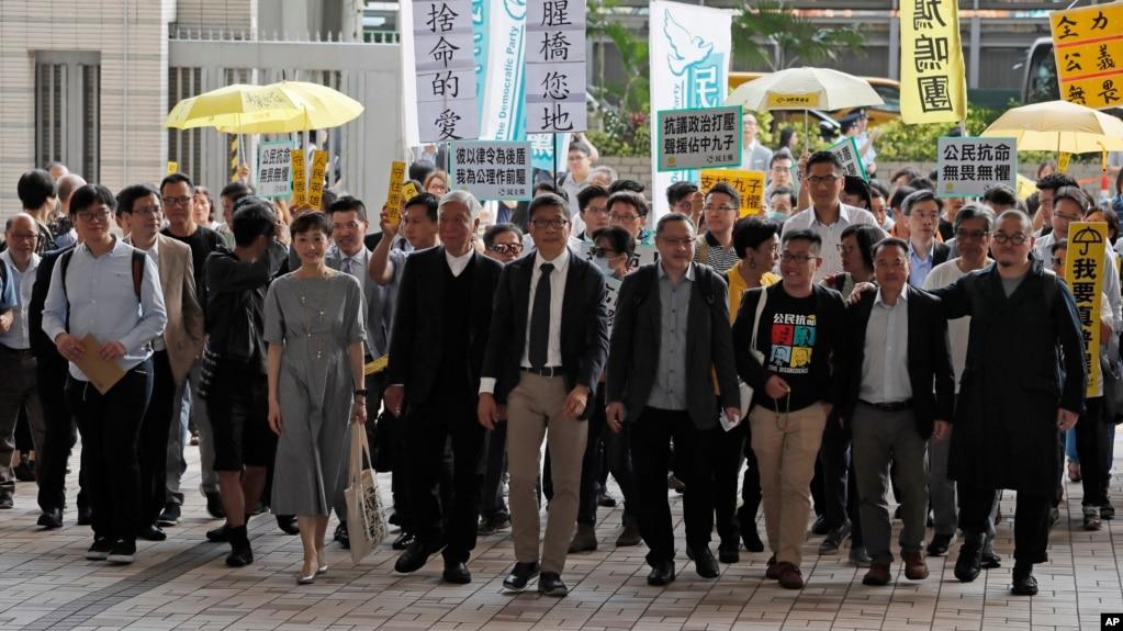 占中九子2019年4月9日抵达香港西九龙裁判法院。(右起)邵家臻、李永达、黃浩铭、戴耀廷、陈建民、朱耀明、陈淑庄、锺耀华以及张秀贤