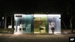 ٹوکیو میں بنائے جانے والے سی تھرو پبلک ٹوائلٹ