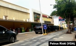Salah satu pusat perbelanjaan di Surabaya barat, tidak nampak adanya antrian pembeli bahkan cenderung sepi (Foto: VOA/ Petrus Riski).