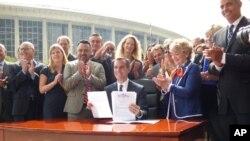 洛杉矶市长贾西提签署节水行政命令(洛杉矶市府提供)