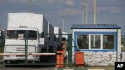Konvoi truk pertama Rusia terlihat di wilayah inspeksi Rusia di titik kontrol perbatasan dengan Ukraina di Donetsk, Rostov-on-Don, Rusia (21/8/2014).
