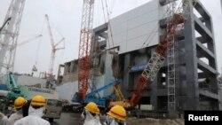 지난 2011년 지진과 쓰나미로 유출 사고가 발생한 일본 후쿠시마 원자력 발전소에서, 지난 1월 외벽 부착 공사를 하고 있다. (자료사진)