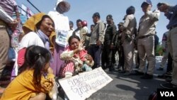 FILE: People in land dispute with Cambodian People's Party's tycoon senator Ly Yongphat protests in seek for solution from Prime Minister Hun Sen on February 14, 2017. (Aun Chhengpor/VOA Khmer)