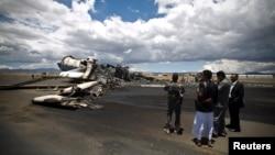 Những vụ không kích của liên minh do Ả rập Xê út dẫn đầu khiến cho phi trường bị hư hại nặng, Yemen, 5/5/2015.