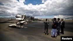 عکس آرشیوی از یک هواپیمای سوخته در فرودگاه صنعا پایتخت یمن پس از حمله هوایی نیروهای ائتلاف به رهبری عربستان - ۵ مه ۲۰۱۵