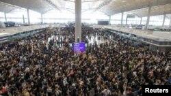Para demonstran unjuk rasa menentang RUU Ekstradisi memenuhi ruang keberangkatan Bandara Hong Kong, China, 12 Agustus 2019.