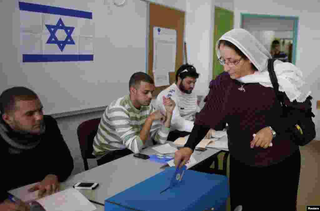 22일 드루제-아랍 교도들이 모여사는 이스라엘 마을에서 투표소를 찾은 드루제교 여성.