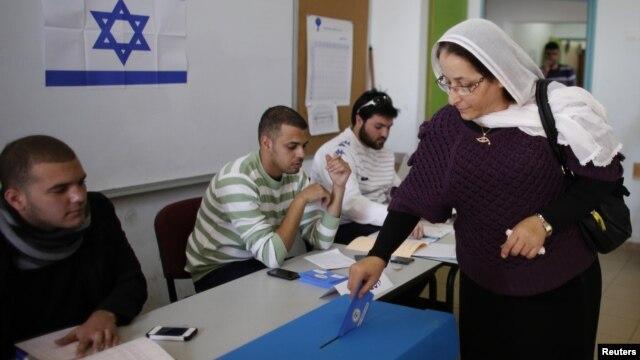 이스라엘 총선이 22일 실시된 가운데, 북부 드루즈아랍 마을에서 투표 중인 여성.