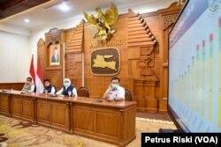 Gubernur Jawa Timur Khofifah Indar Parawansa saat memberikan keterangan terkait kasus corona di Jawa Timur, di Surabaya, Minggu, 12 April 2020. (Foto: Petrus Riski/VOA)