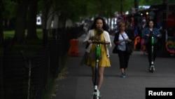 一名女子在美國首都華盛頓駕駛電動滑板車。(資料圖片)