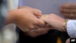 Jennifer Melsop (kiri) dan pasangannya Erika Turner yang merupakan pasangan lesbian, melakukan pernikahan di Centreville, negara bagian Virginia (foto: ilustrasi).