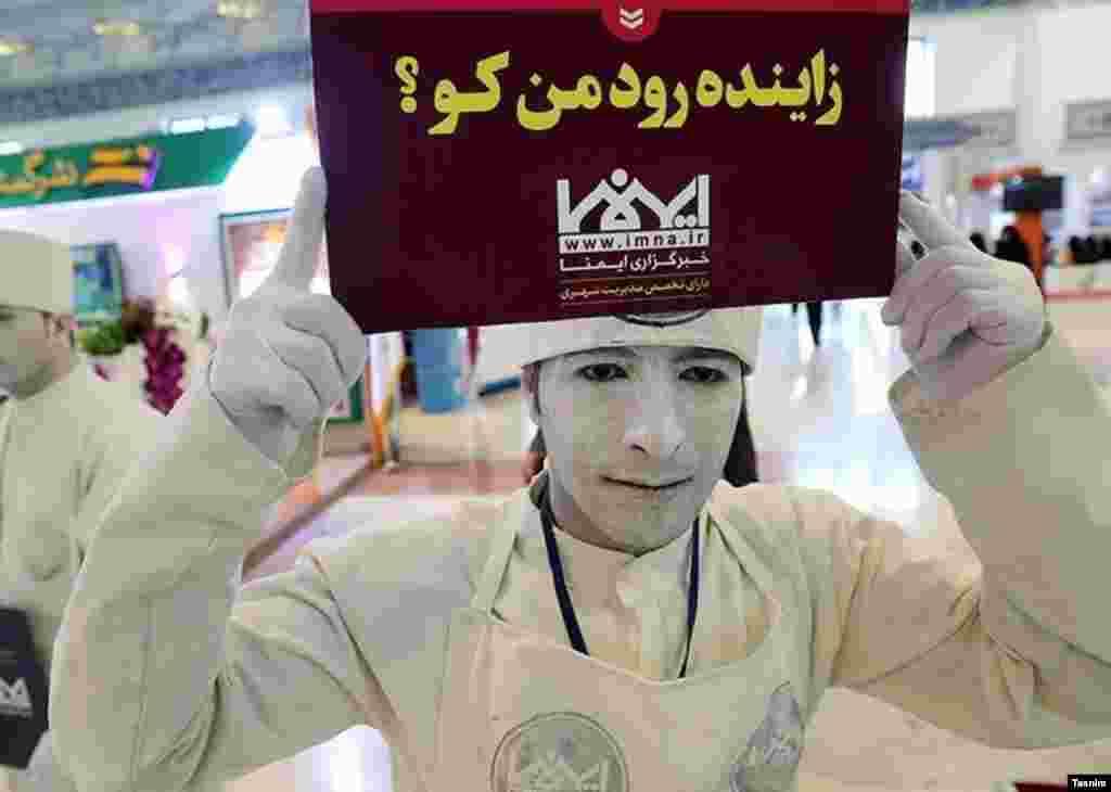 بیست و دومین نمایشگاه مطبوعات. یک معترض به بی آبی رودخانه زاینده رود، کاغذی روی سر برده است. عکس: محمود حسینی
