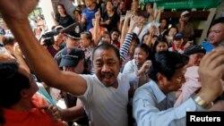 Para demonstran menuntut hak memberikan suara bertengkar dengan petugas TPS di distrik Din Dang tempat pemungutan suara dibatalkan di Bangkok (2/2). (Reuters/Damir Sagolj)