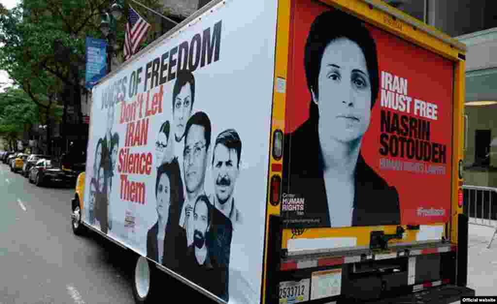 وانتی با بیلبورد تصاویر فعالان حقوق بشر زندانی در ایران، در مقابل مقر سازمان ملل. این وانت در آستانه سفر روحانی در شهر نمایش داده می شود. یک نهاد حقوق بشری هزینه تبلیغاتی آن را می دهد.