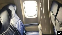 Fotografía del 17 de abril de 2018 facilitada por Marty Martínez, muestra una ventana rota después de que un motor de un avión de Southwest Airlines explotara a 32.000 pies de altitud y los fragmentos metálicos resultantes causaran un orificio en la ventana, por la cual una mujer estuvo a punto de salir expulsada. Marty Martínez vía AP)