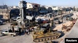 Tentara yang loyal pada rezim Suriah dengan tank-tank militer mereka di Qusair, setelah angkatan darat Suriah mengambil alih kota itu dari pemberontak (5/6). (Reuters/Mohamed Azakir)
