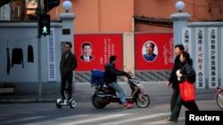 중국 정부가 오는 2020년까지 빈곤층 주민 1천200만명 거주 이전 사업을 추진한다. 사진은 상하이 시 공공기관 앞을 지나고 있는 시민들. (자료사진)