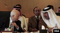 Sekjen Liga Arab Nabil Elaraby (kiri) berbincang dengan Menlu Qatar Hamad bin Jassim dalam rapat misi pengamat Liga Arab untuk Suriah di Kairo, Mesir (22/1).
