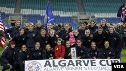 Tim sepak bola nasional putri Amerika berfoto dengan Piala Algarve setelah mengalahkan Islandia 4-2 dalam babak final, Rabu (9/3) di Faro, Portugal.