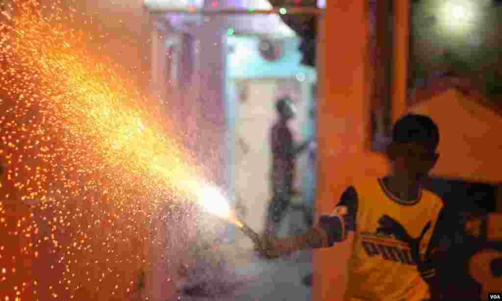 آتش بازی میں مصروف ایک بچہ