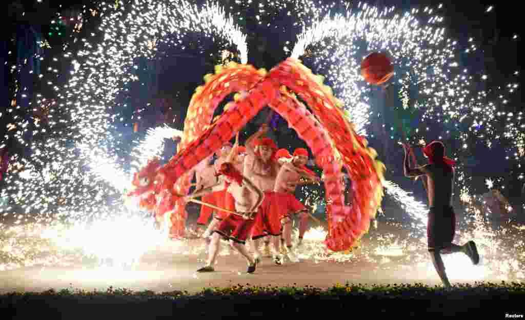មនុស្សម្នាសម្តែងរបាំនាគ ក្នុងថ្ងៃចូលឆ្នាំចិន នៅក្នុងក្រុង Wuhan ខេត្ត Hubei ប្រទេសចិន កាលពីថ្ងៃទី៣០ ខែមករា ឆ្នាំ២០១៧។