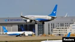 Un Boeing 737-800 de la compagnie Xiamen Airlines atterrit à l'aéroport international de Fuzhou Changle à Fuzhou, dans la province de Fujian, en Chine, le 21 mars 2018. (Reuters)