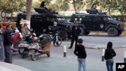 新疆喀什街头的特警车。(2017年11月5日)
