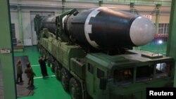 """朝鲜最新开发的洲际弹道导弹""""火星15""""成功试射,2017年11月30日,朝鲜中央通讯社在平壤发布的这张未注明日期的照片中有朝鲜领导人金正恩。"""