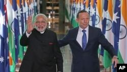 Thủ tướng Ấn Độ Narendra Modi và Thủ tướng Australia Tony Abbott rời khỏi Hạ viện tại Tòa nhà Quốc hội ở thủ đô Canberra, ngày 18/11/2014.