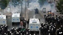 Polisi Turki menembakkan gas air mata ke arah para demonstran di Istanbul, 1 Mei 2017.