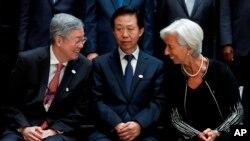 El gobernador del Banco Popular de China, Zhou Xiaochuan; el ministro chino de Hacienda Xiao Jie y la directora general del Fondo Monetario Internacional, Christine Lagarde, se reúnen durante el G20 del Grupo del Banco Mundial 2017 en Washington, viernes 21 de abril de 2017.