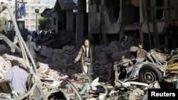 Cảnh đổ nát sau vu tấn công bằng xe cài bom gần một trụ sỏ an ninh trong thành phố Mansoura, Ai Cập, 24/12/13