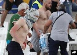 Cổ động viên Nga rượt đuổi cổ động viên Anh trên khán đài ở sân vận động Velodrome, Marseille, Pháp.