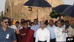 Tổng thống Miến Ðiện Thein Sein (giữa) đến thăm Sarnath, địa điểm hành hương Phật giáo ở Ấn Ðộ