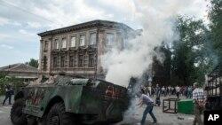 一輛親俄羅斯武裝車輛被烏克蘭民眾燃燒