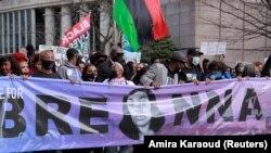 Orang-orang menghadiri demo untuk memperingati satu tahun pembunuhan Breonna Taylor oleh polisi di Louisville, Kentucky, Sabtu, 13 Maret 2021. (Foto: Amira Karaoud/Reuters)