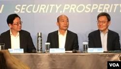 国民党总统参选人韩国瑜(中)在台北接受外国记者采访。 ( 2019年11月14日)