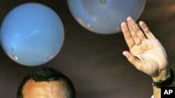 洪都拉斯当选总统洛沃向支持者招手